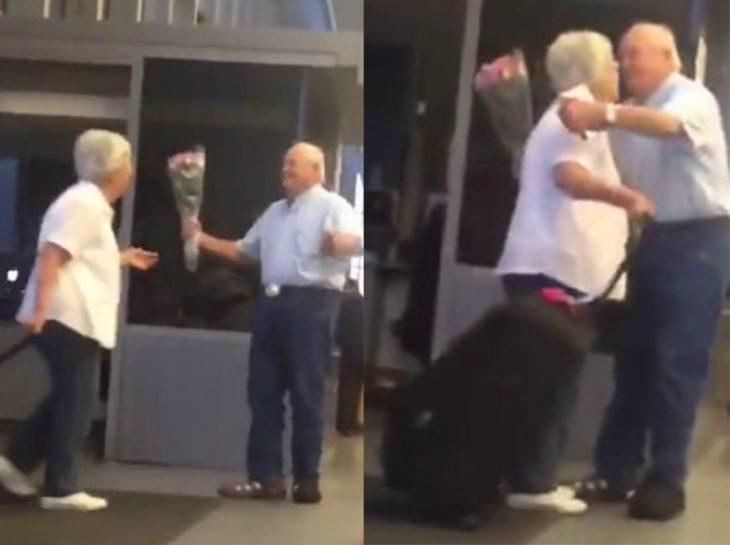 Pareja de ancianos en el aeropuerto abrazándose