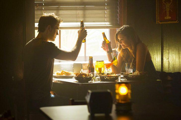 pareja de novios comiendo mientras están en un bar