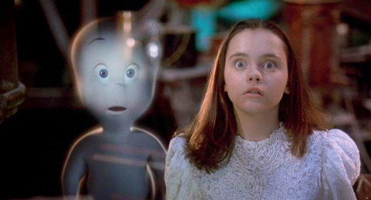 Escena de la película casper chica junto a un fantasma