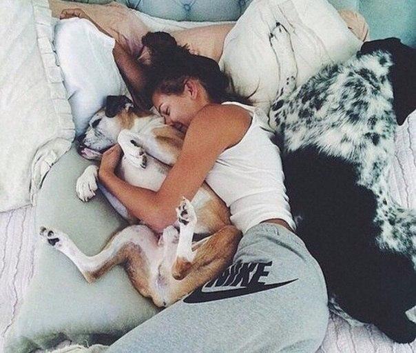 chica durmiendo con su perro