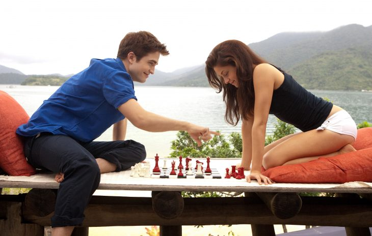Escena de la serie la saga crepusculo: amanecer pareja jugando ajedrez