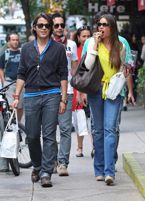 Sofía vergara camina con su hijo