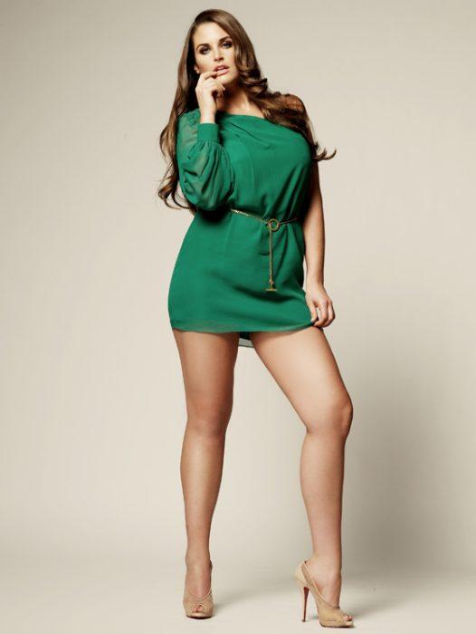 chica curvilínea con vestido corto verde