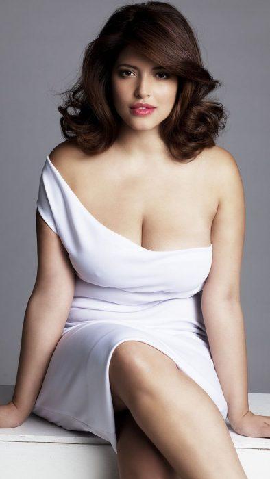 mujer sexy vestida de blanco con curvas