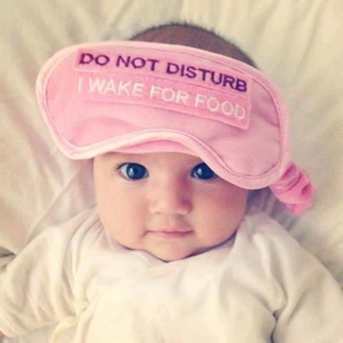 bebé despierta con un antifaz en la cabeza