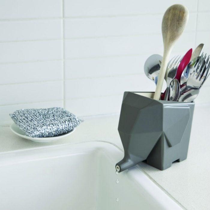 portacucharas en el lavabo en forma de elefante