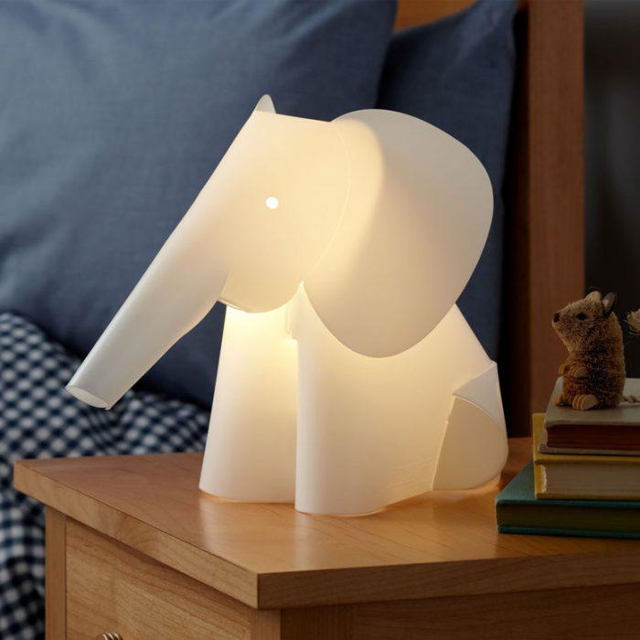 lampara de elefante sobre un escritorio
