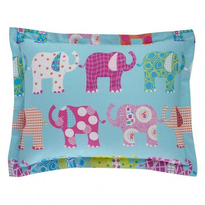 almohada con elefantes estampados