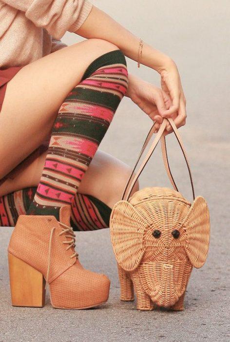 bolsa artesanal tejida en forma de elegante