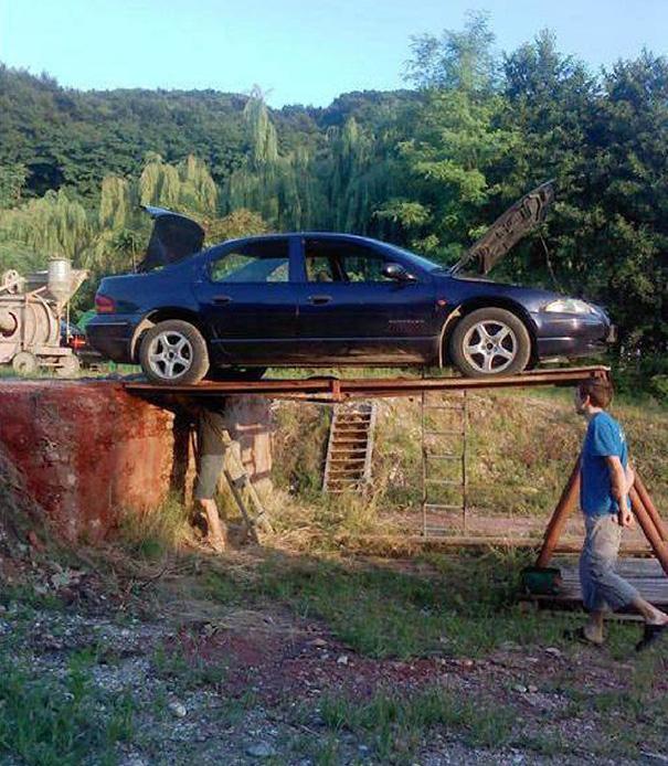 carro sobre unos postes de madera