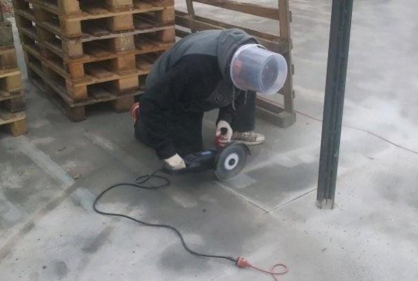 Hombre con una cubeta sobre su cabeza usandola como casco