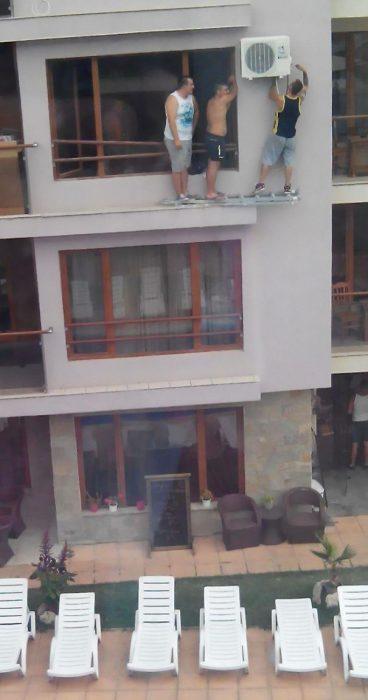 hombre arreglando la ventana de un edificio