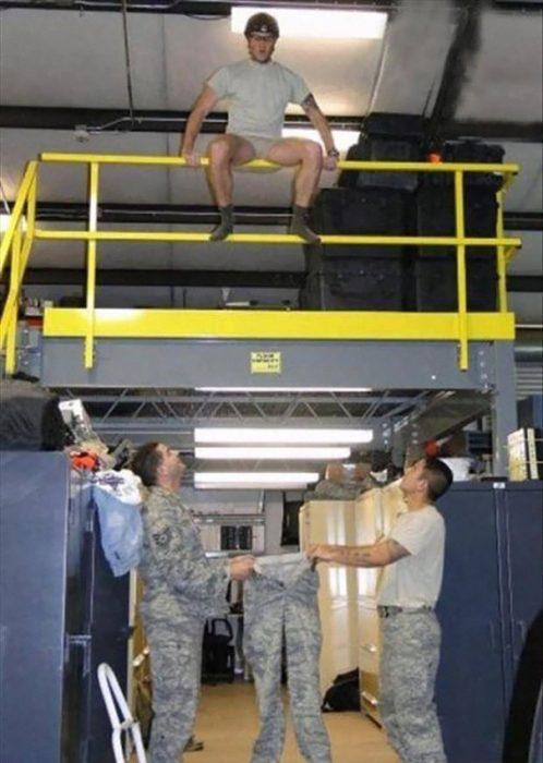 Hombre de la marina intentando saltar hacia sus pantalones