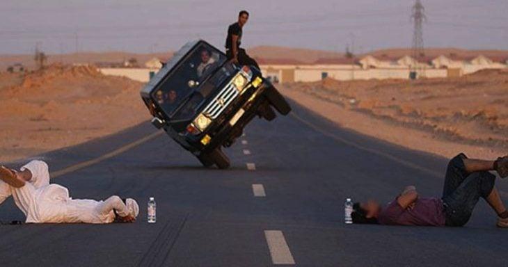 Hombre manejando por la carretera en solo dos ruedas