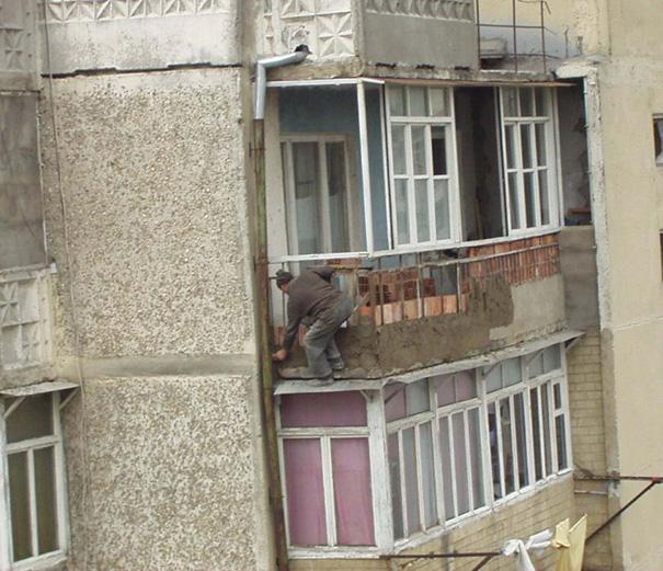 Hombre arreglando la pared de un departamento