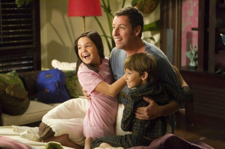 Escena de la película una esposa de mentiras chico junto a dos niños