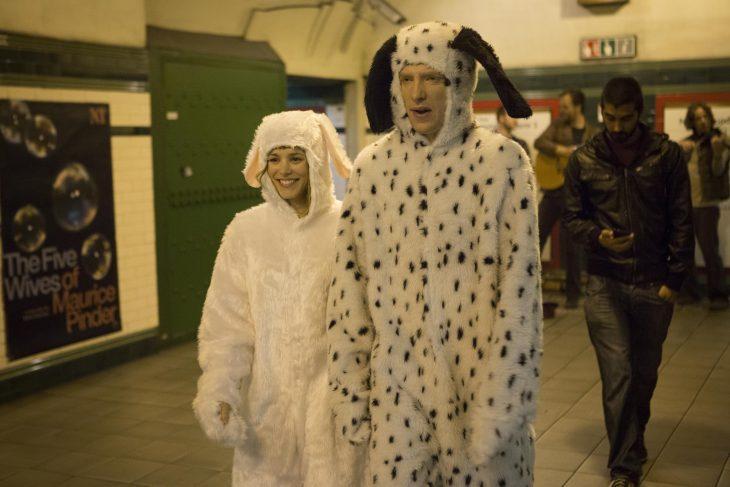 Escena de la película about time chicos disfrazados de perro caminando por el metro