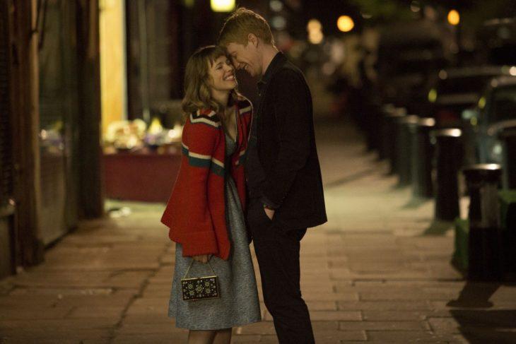 Escena de la película about time chica riendo en la calle mientras está con su novio