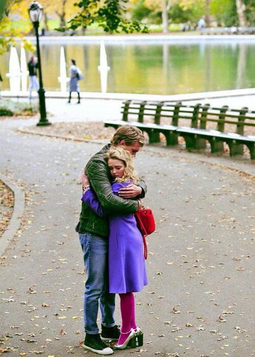 Escena de la serie the carrie daries chico abrazando a una chica mientras están en el parque