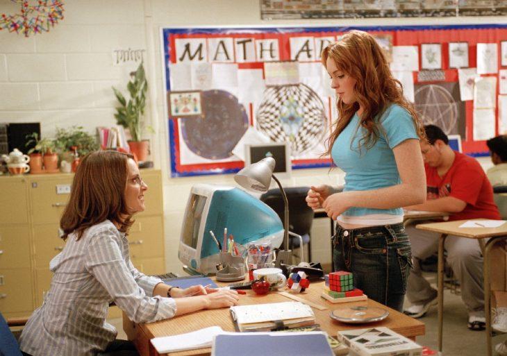 Escena de la película chicas pesadas chica junto a la maestra norbury