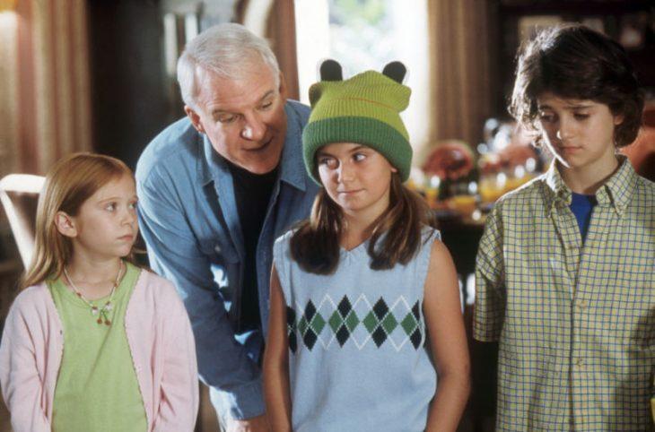 Escena de la película más barato por docena hombre regañando a sus hijos