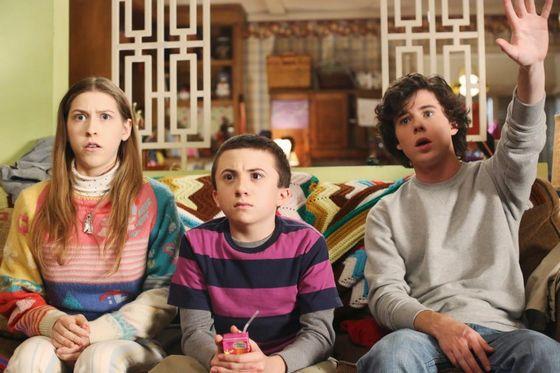 Escena de la serie the middle hermanos sentados en el sofá