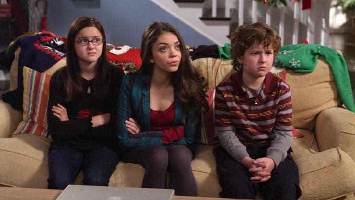 Escena de la serie modern family chicos sentados en un sillón regañados
