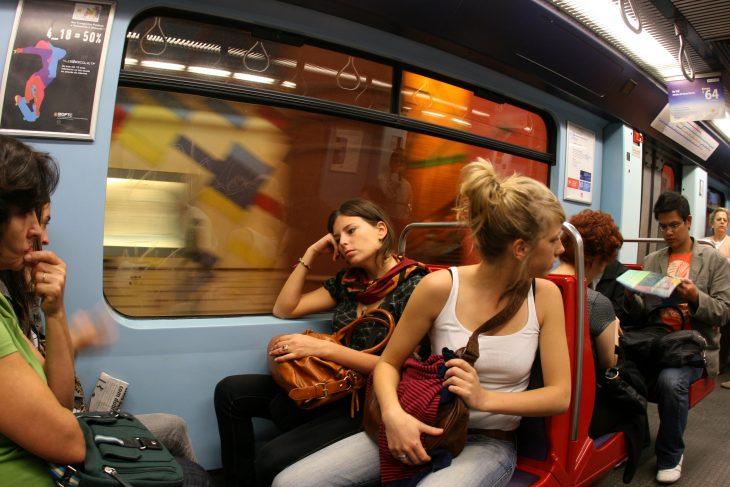 Chicas en el metro conversando