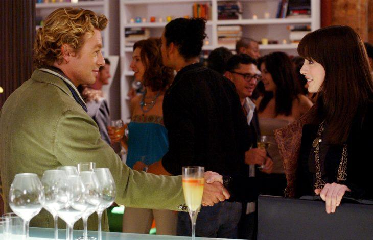 Escena de la película el diablo viste a la moda pareja dándose la mano