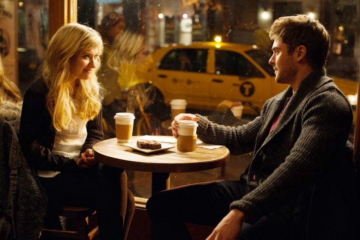 Escena de la película las novias de mis amigos pareja bebiendo café en un restaurante