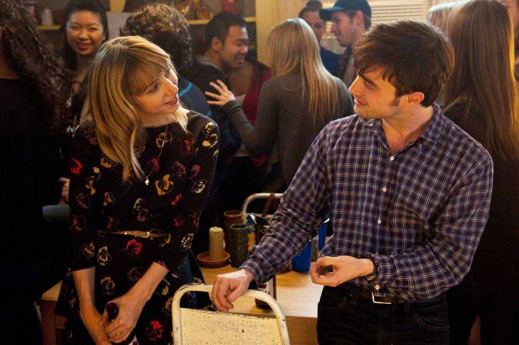 Escena de la película what if pareja conversando en una fiesta