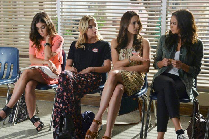 Escena de la serie pretty little liars chicas sentadas hablando entre ellas
