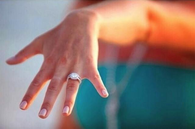 mano con anillo de compromiso