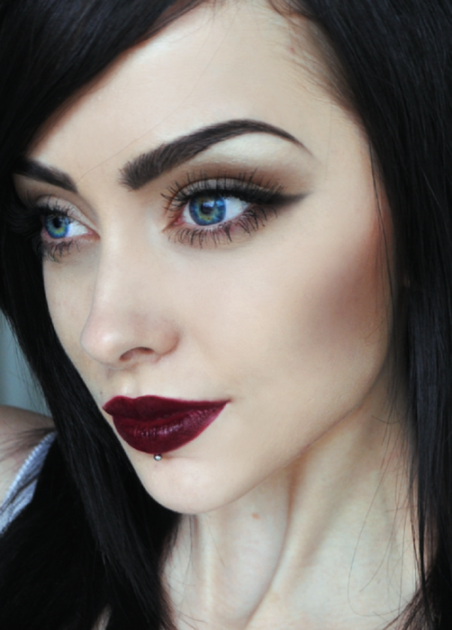 chica maquillaje labios tono vino