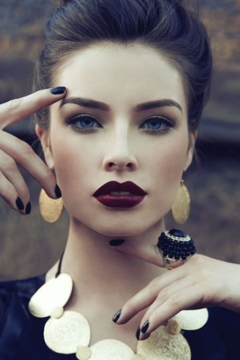 chica maquillaje oscuros labios mate