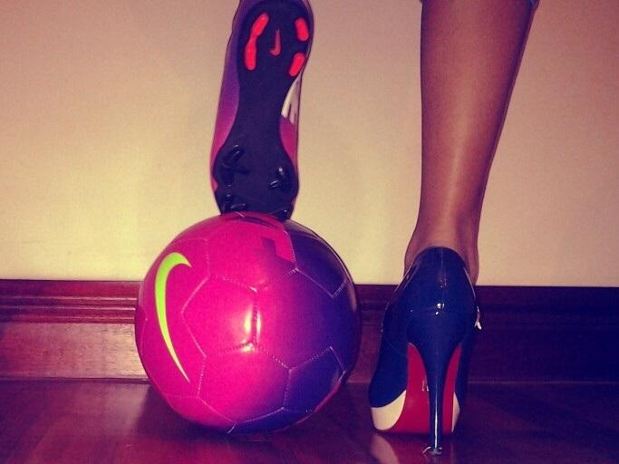 chica con balon de futbol y zapatilla