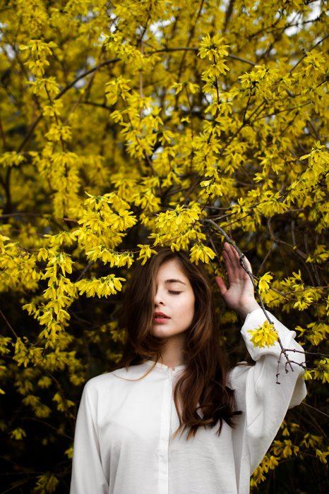 chica de pie bajo un árbol