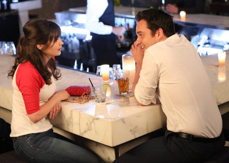 Escena de la serie new girl nick y jess conversando en la barra de un bar
