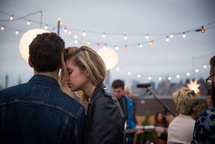 Pareja de novios en una fiesta abrazados