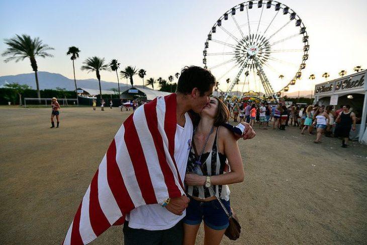 pareja besándose en un festival de música