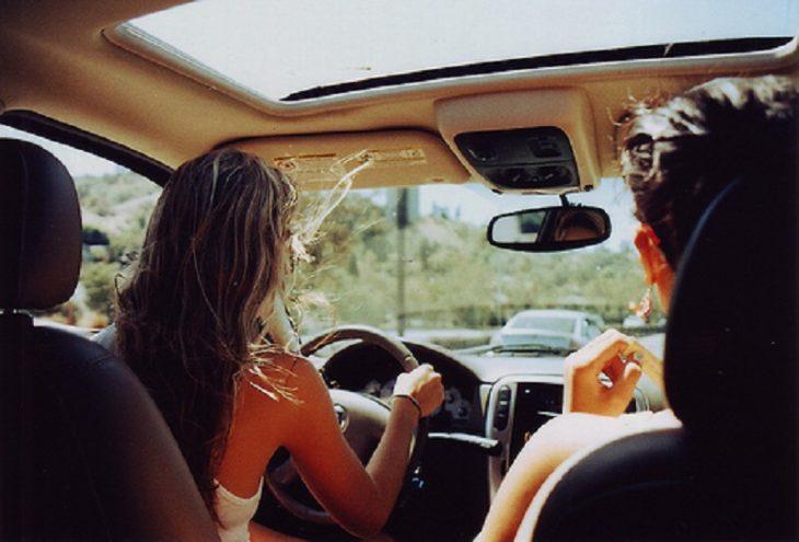 pareja en coche