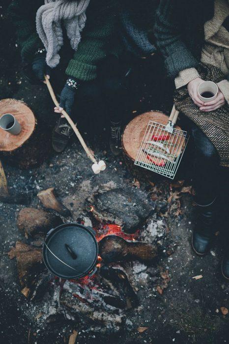 comida asada en campamento