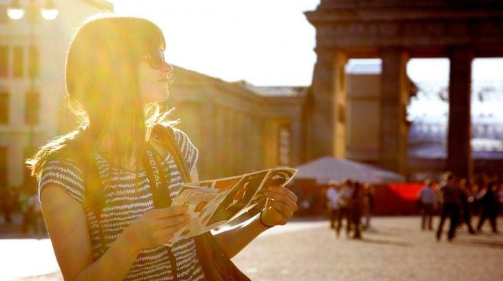 chica leyendo folleto
