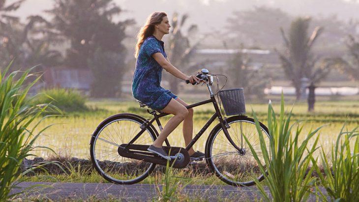 chica pasea sola en bicicleta