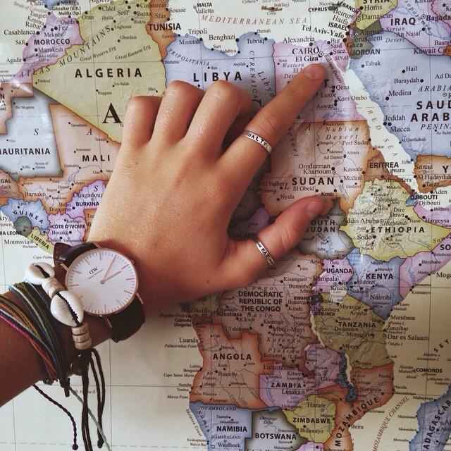 mano de chica señala lugar en mapa