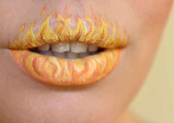Diseño de labios para halloween en forma de llamas de fuego