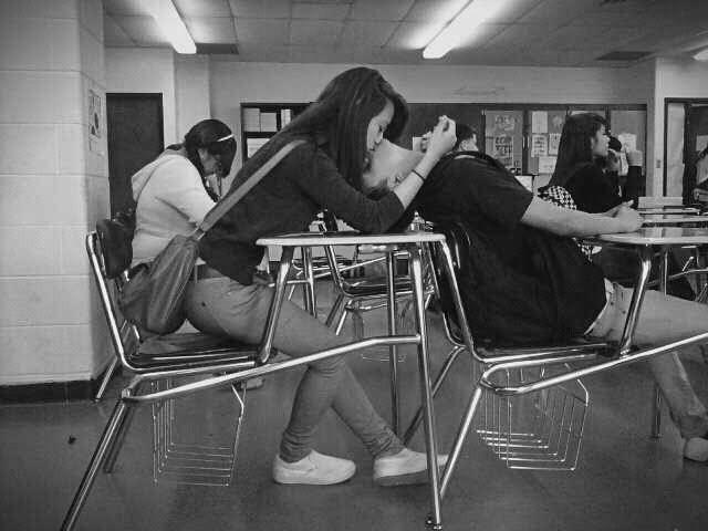 pareja jóvenes en salón de clases