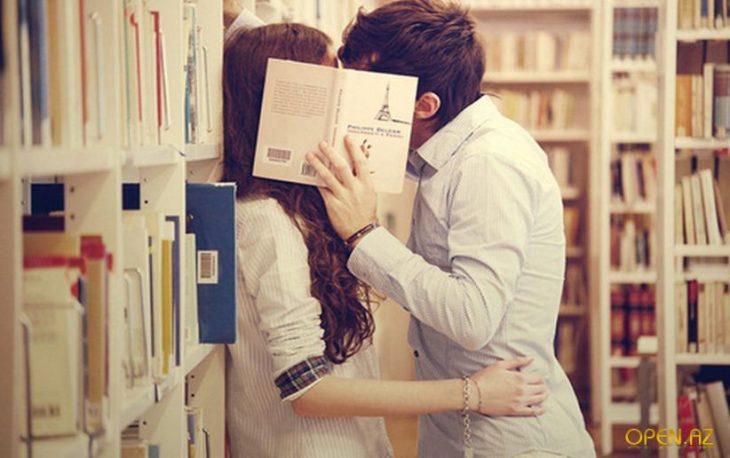 chicos besándose en una librería