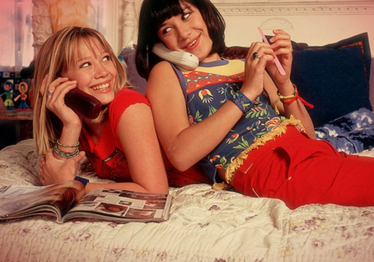 hermanas hablando por teléfono