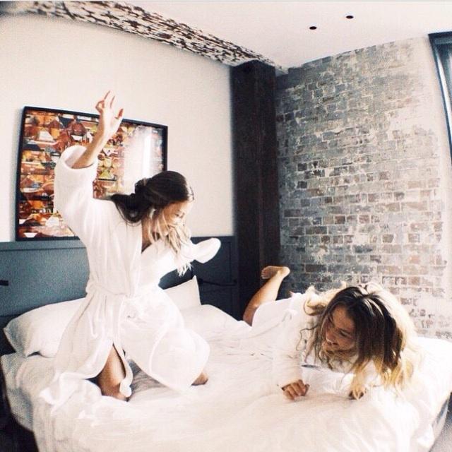 gif hermanas jugando guerra de almohadas